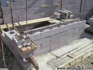 Betonáž základů a prvního zdiva přístavby.